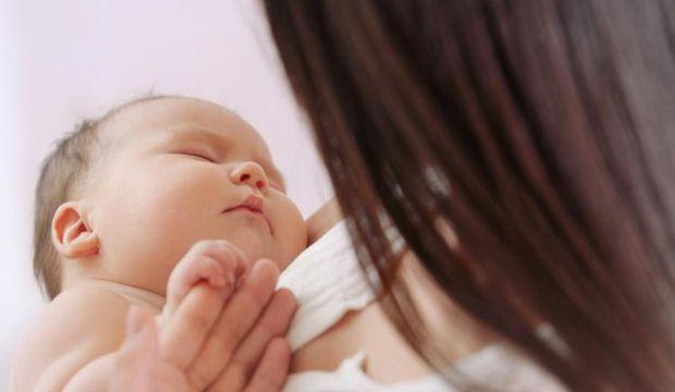 Annelik içgüdüsü sayesinde bebeğini kurtardı