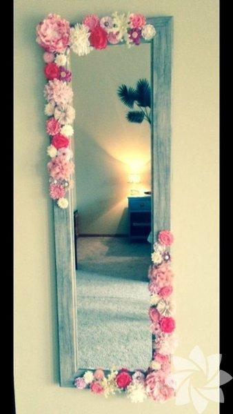 Evinizde bulunan boy aynanızın çevresine kurumuş ya da yapma çiçek yapıştırarak küçük değişiklikler yapın.