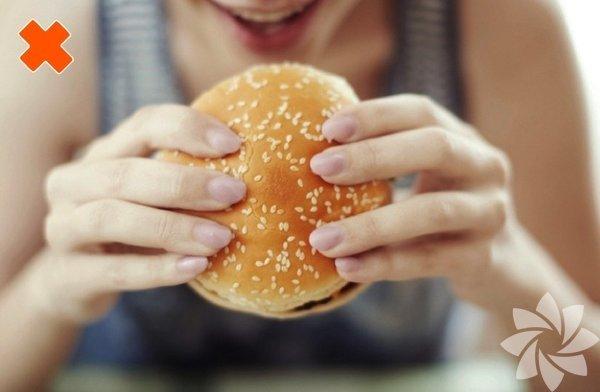 Hamburgeri siz de böyle mi yiyorsunuz? Bu tutuş içindeki malzemelerin daha kolay dökülmesine neden olabilir.
