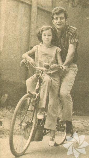 Ekrem Bora kızı Sevil ile Suadiye'de bisiklet ile (1967)