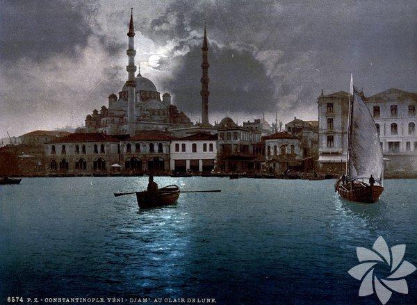 """1880 yılında İsviçreli bir şirket tarafından geliştirilen """"Fotokrom"""" tekniği, siyah beyaz çekilen fotoğrafların renklendirilmesini mümkün kıldı. O dönemde çekilen pek çok fotoğraf, benzer tekniklerle renklendirildi. İşte İstanbul'un bilinen en eski renkli fotoğrafları..."""