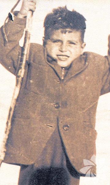 Tarık Akan, 13 Aralık 1949 yılında İstanbul'da doğdu.