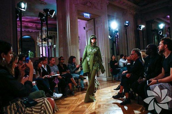 Rihanna'nın hazırladığı Fenty x Puma koleksiyonu Paris Moda Haftası kapsamında dün gece görücüye çıktı.
