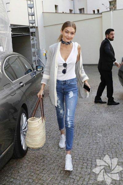 Temel öğeler  İzinli bir modelin herhangi bir magazin fotoğrafına bakın; üzerlerinde %80 hepimizin gardıroplarında bulunan temel giysi türlerinden vardır. Bol beyaz bir tişört ve popoyu sıkıca saran bir kot, asla başarısız olmayan formülleridir.
