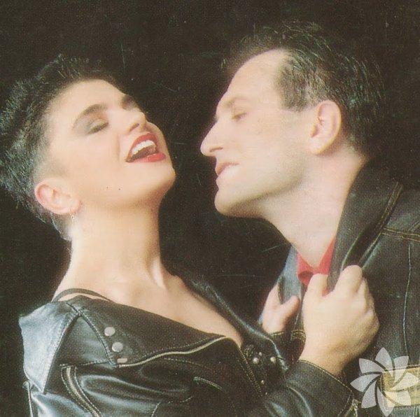 """Oya Küçümen 1966 İstanbul doğumlu. Tiyatro ve seslendirme sanatçısı. Mimar Sinan Üniversitesinden mezun oldu. Bir sürü tiyatro ve müzikalde oynadı. 2004 yılında Bora Ebeoğlu ile evlendi. İkili 1987 yılında """"GRUP DENK"""" isimli bir grup kurdular ancak bir süre sonra gurubun adı """"OYA BORA"""" olarak değişti. Yıllarca birlikte çalışmalarına rağmen geç evlendiler ve geç çocuk sahibi oldular. 1987 ile 1997 arasında 5 albüm çıkardılar, 1997 yılından sonra da yeni albümleri çıkmadı. Onca zamandan sonra 2007 yılında çift birlikte yeniden konser vermeye başladı."""