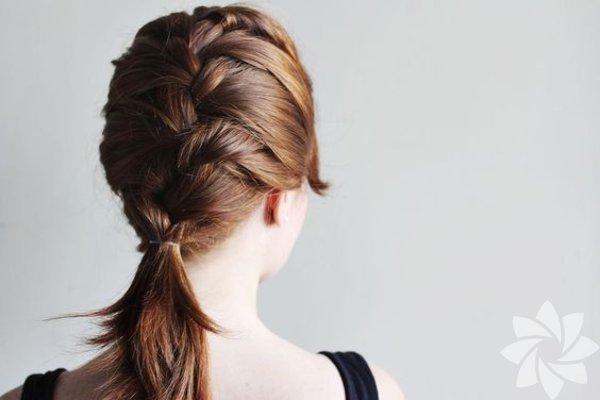 1. Yatmadan önce saçlarınızı örün Kabarık saçlarla mücadele etmek için saçlarınızı örmeyi deneyin. Örgüler, saçlarınızın birbirlerine dolanmalarını da engeller. Ancak unutmayın ki saçlarınızı yalnızca kuru ya da hafifçe nemli olduklarında örmeniz gerekiyor.  Saçlarınız düzse eğer, sıradan bir örgü kullanın. Saçlarınız kıvırcıksa, burgu örgü tercih edin. Ancak hangi örgü türünü seçerseniz seçin, çok sıkı olmadığından emin olun.