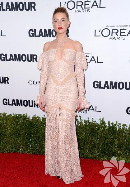 """Amber Heard  Dergi bu yıl ilk kez """"Yılın Erkeği"""" ödülü de verdi. Ödülü rock grubu U2'nun İrlandalı solisti Bono aldı. Geceye katılan ünlü oyuncu Amber Heard ve model Cara Delevingne şıklıklarıyla göz kamaştırdı."""