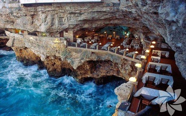 Grotta Palazzese, Bari, İtalya  Bizzat tabiat tarafından yaratılmış bir mağarada yemek yemeye ne dersiniz? Bu bölgede, deniz tarafından iki büyük gedik açılmış ve sonuç olarak 30 m çapında yarı-dairesel bir 'yemek salonu'. Burada zamanında resepsiyonlar ve balolar düzenlenirmiş; ama şimdi özgün bir İtalyan restoranı var.