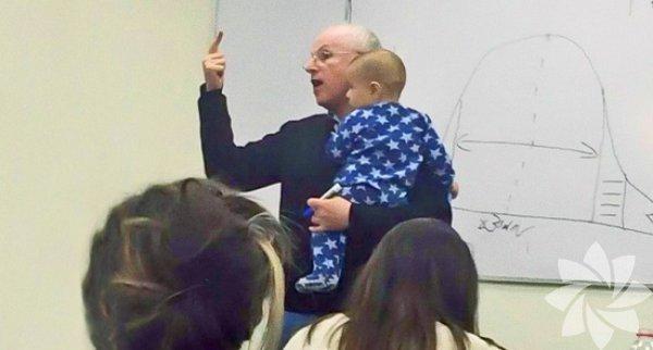 Okula bebeği ile gelmek zorunda kalan öğrencisinin bebeğini kucaklayan koca yürekli profesör...