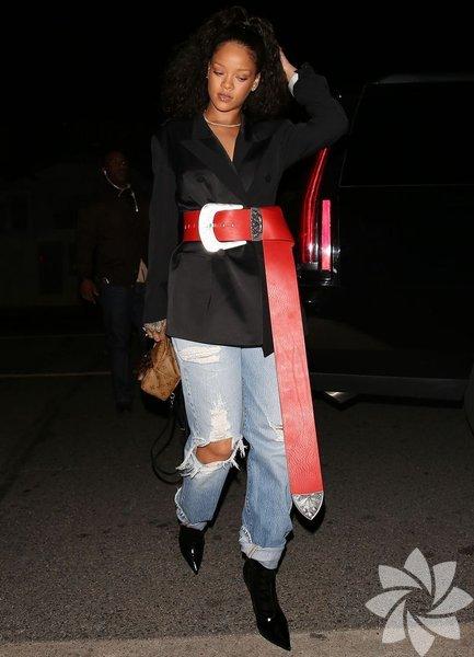 Rihanna kemerini gezmeye çıkarmış