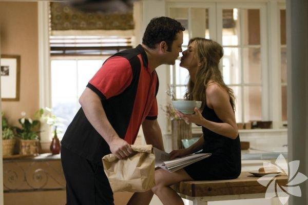 Ayrılık -The Break-Up  İki yıl birlikte yaşadıktan sonra, Brooke ve Garry, uyumlu olmadıklarını fark ederler. İlişkilerini bitirme kararı, başta mantıklı ve anlaşılabilirdir; ancak ayrılık sürecini uzatmaya başlarlar. Her daim var olan bir soruyu yanıtlamanızda yardımcınız olacak bir film bu: Yalnız olmak mı daha iyi, yoksa rahat ama içi boş bir ilişki yaşamak mı?