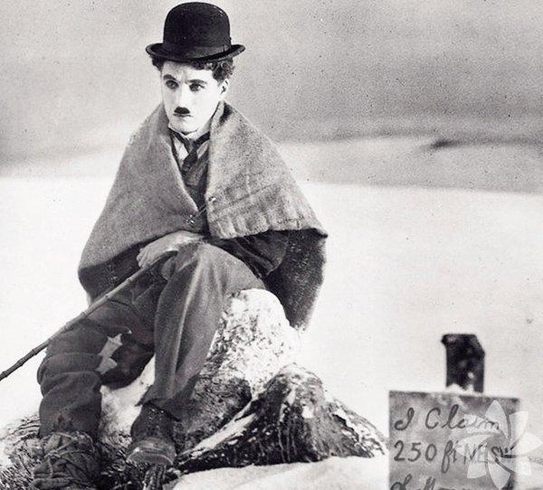 """Altına Hücum 1925 (The Gold Rush)  Yönetmen: Charlie Chaplin   Altın bulmak için zorlu kış koşullarında Kanada'nın kuzeybatısına hücum eden """"altın avcıları"""" arasında Şarlo da vardır. """"Küçük serseri""""nin kaderi, altın bulan Big Jim'le kesişir... İki adam, soğuğun ve açlığın baskısını giderek daha çok hissettikleri küçük kulübede yaşam mücadelesi verir. Kar fırtınasının ölümcül bir tehdide dönüştüğü filmde Şarlo'nun Jim'in hayalinde bir tavuğa dönüştüğü ve ayakkabısını yediği sahneler unutulmazdır."""