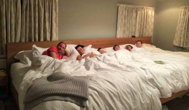 6 kişilik yatakta hep birlikte uyuyorlar