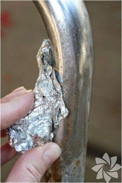 Pas lekelerinden kurtulun. Eğer evinizde paslanmış metal eşyalar varsa bir top folyo ile eşyalarınızı kolayca temizleyebilirsiniz.
