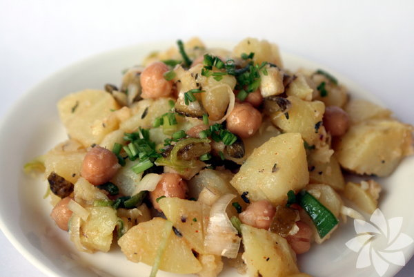 Patates Tatlı patateslerin sağlığa ne kadar yararlı olduğunu duyuyoruz ama aynı zamanda beyaz patatesin de ne kadar yararlı olduğunu biliyor musunuz? C vitamini ve potasyum açısından zengin olan patatesten bir hafta içinde 5 porsiyon yiyen birinin kilo kaybetme konusunda hiçbir sıkıntı yaşamadığı yapılan araştırmalarla kanıtlandı. Burada porsiyon kontrolü devreye giriyor. Her öğün için dev patatesler seçmeyin, üstü peynirle kaplanmış, kremalanmış veya yağlanmış, aşırı yağda kızartılıp çılgınca ketçaplanmış patatesten uzak durun. Bunun yerine orta boy patatesleri tercih edin, zeytinyağı ve tuz ile afiyetle tüketin.
