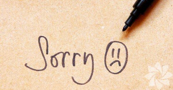 """Boş özür """"Özür dilerim. Özür dilerim dedim ya!"""" Bomboş bir özür, hiçbir önemi yok. Bu karşı tarafa özür dilemeniz gerektiğini bildiğinizi ama aslında ne olursa olsun kendinizi özür dileyecek pozisyonda görmediğinizi ve bundan çok rahatsız olduğunuzu ifade etme şekli. Açık açık söylemek yerine bu şekilde ifade ettiğinizde yine hislerinizi iletiyorsunuz ve eveti karşı taraf da asıl vermek istediğiniz mesajı alıyor"""