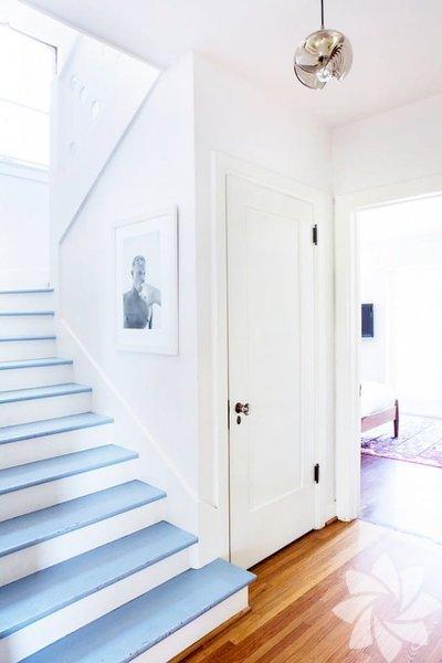 """Merdivenlerin sadece basamaklarını boyayabilirsiniz.Bu mavi merdiven renkleri antik """"Cameo"""" taşlarından esinlenilmiştir."""