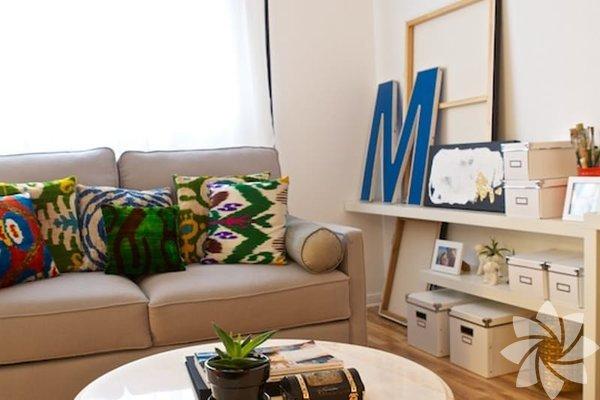 Çok amaçlı mobilyaları tercih edin Odanız eğer küçükse daha ferah bir ortam yaratabilmek için bazı fedakarlıklar yapmanız gerekebilir. Fazla sayıda mobilyanız varsa hepsinden kurtulun. Ve mobilyalarınızı çok amaçlı kullanmak üzere seçin. Örneğin üstü açılabilir rahat bir tabureyi hem oturak, hem sehpa hem de küçük bir dolap olarak kullanabilirsiniz.