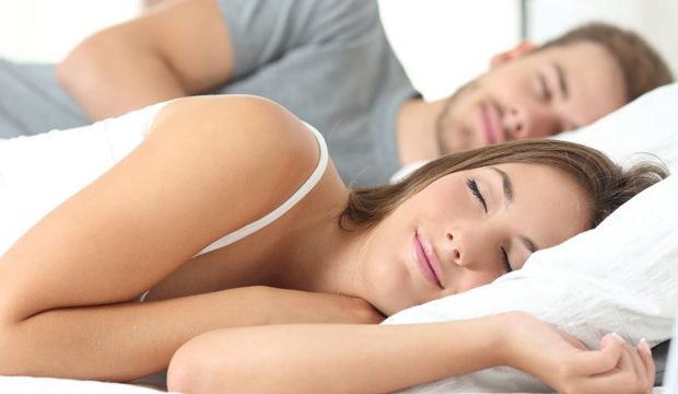 Kocasının horlama sesine alışarak uyuyan kadın