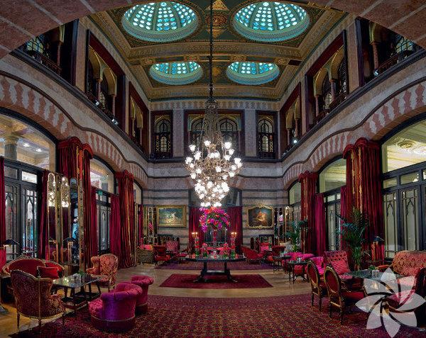 Pera Palace Büyüleyici atmosferi ile İstanbul'un en romantik tarihi oteli Pera Palace Hotel Jumeirah Sevgililer Günü'nde 125. yıla özel olarak açtığı yeni restoranı Bello Epoque a Pasha'da çiftlere eşsiz bir deneyim sunacak! Sevgililer Günü'nde romantik bir akşam geçirmek isteyen çiftler canlı müzik eşliğinde Executive Chef Arif Kemal Doğan ve ekibinin hazırladığı özel tadım menüsünü deneyimleyecekler. Ayva jeli üzerinde vanilya ile marine edilmiş somon ve kerevit, keçi peynirli ve enginarlı tortellini, tutku meyveli ve ginsengli sorbe, dağ mantarları ile doldurulmuş dana fileto ve vişneli aşk çikolatasından oluşan beş aşamalı iki kişilik akşam yemeği 570 TL. Ayrıca akşam yemeğine katılacak çiftler, yapılacak çekilişle Bulgari'den birbirinden şık hediyeler kazanma şansı da yakalayacak! Gündüz farklı bir etkinlikle aşklarını tazelemek isteyen çiftler ise Kubbeli Salon'da İlham Gencer'le Çay Saati'ne katılabilirler. 15.00 – 18.00 arasında gerçekleştirilecek Çay Saati'nde Türkiye'nin ünlü piyanistinin melodileri, 125 yıllık gümüş takımlar ve sevgililer günü temalı zengin açık büfe ile sıra dışı bir gün geçirebilirsiniz!