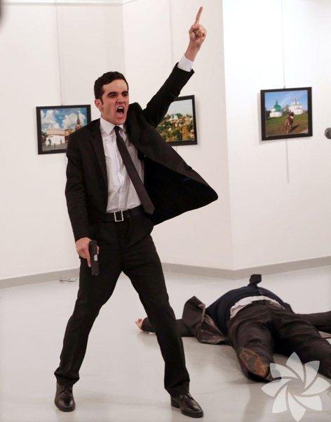 Burhan Özbilici'nin çektiği Andrei Karlov'un suikasta uğradığı anların fotoğrafları, 2017 Dünya Basın Fotoğrafı (World Press Photo) ödülüne layık görüldü.
