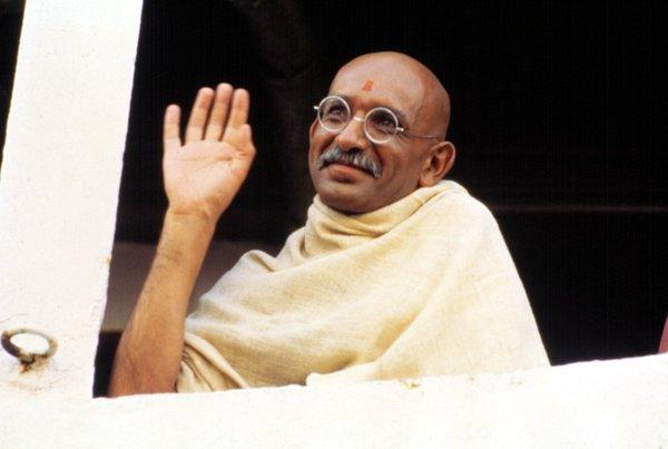 Ben Kingsley, Gandhi Filmde Mahatma Gandhi'nin hayatı anlatılmıştır. Kimdir: İnsan haklarını ve barışı savunanönemli Hint liderdir. Ödül: En İyi Erkek Oyuncu, 1983