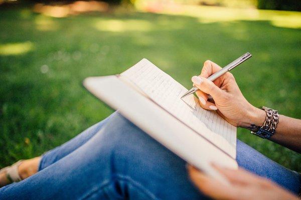 1- Şimdiye kadar elde ettiğiniz bütün başarılarınızı bir deftere yazın Kendinize ne kadar uzak olduğunuzu hatırlayın. Elde ettiğiniz bütün başarılarılistelemek kendinizi oldukça iyi hissedeceksinizi sağlayacaktır.