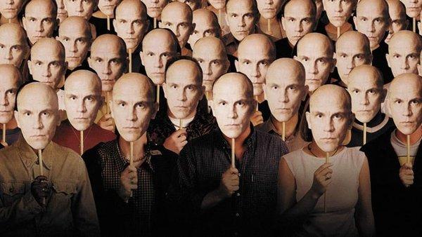 John Malkovich Olmak (Being John Malkovich) Craig Shwartz, çalışma odasında, film yıldızı John Malkovich'in zihnine girmeyi sağlayan bir giriş keşfeder. Bu olağandışı keşifle, Malkovich'in zihnine rehberli turlar düzenlemeye karar verir. Zihnimize girip içeride bir şeyleri kırmak için yapılmış bir film sanki…