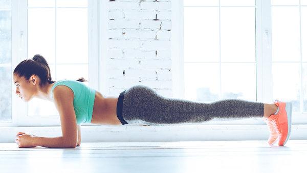 Plank   Düz bir zemine şınav çeker gibi uzanın. Dirsekleriniz yerde, omuz genişliğinde açık olsun. Nasıl rahat edecekseniz, ellerinizi birleştirilebilir veya serbest bırakabilirsiniz. Ayaklar tıpkı şınav pozisyonundaki gibi parmak uçlarında olmalıdır. Bir ipucu; bacaklarınızın genişliği omuz genişliğinde açarak, dengenizi daha kolay sağlayabilirsiniz.