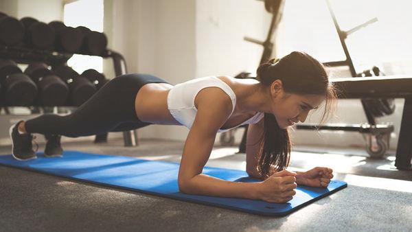 Kelime anlamı 'kalas' olan 'plank', bir tahta gibi dümdüz dururken neredeyse tüm kaslarınızı çalıştırdığınız bir egzersizi ifade ediyor. Herhangi bir hareket gerektirmese de öylece dururken kas gücü kullanmanızı gerektiren bu egzersiz bacakları, karın kaslarını ve kolları çalıştırarak tüm vücudu güçlendirmeye yardımcı oluyor.