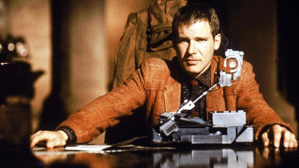 """1. Blade Runner 1982 Philip K. Dick'in romanından uyarlanan film, insan ve insanın kendi suretinden ürettiği androidler arasındaki farkların ya da farksızlıkların keşfine çıkıyor. İleri teknoloji şirketlerinin """"tanrı"""" rolünü oynamaya kalktığı bir dünyada, varoluşunu sorgulayan isyankâr androidlerin yanı sıra insan olduklarını sanan sahte hafızalı androidler de var. Ridley Scott'un melankolik bir kara film lezzetinde çektiği film, karanlık gelecek tasarımıyla bilimkurgu sinemasını derinden etkilemişti."""