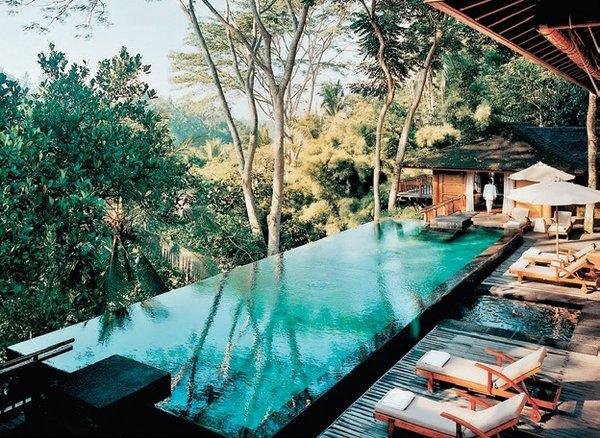 Como Shambhala - Bali Begawan Köyü'nde özel bir konuma sahip bu otel, tropik yeşil doğasıyla lüksü buluşturuyor. Ahşap özel mobilyalarla bezeli Como'da bisiklet turları, rafting, kanyon gezileri ve kültür turları da maceraperest ziyaretçilerini bekliyor. Dahası şeflerin damak zevkinize uygun olarak pişireceği Batı, Asya ve Avrupa mutfaklarının zengin mönüsüyle mideleriniz de şenlenecek. Maviyle yeşilin buluştuğu büyülü atmosferi tadan ziyaretçiler tesise bir daha gitmeden edemiyor.
