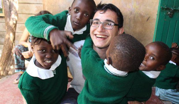 Kenyalı çocukların gönüllü öğretmeni