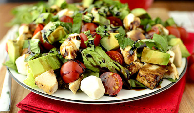 Tavuklu avokado salatası