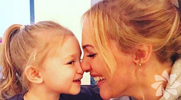 """Meryem Uzerli: İnançlarım derinleşti """"Çocuk sahibi olduktan sonra daha programlı ve yavaş yaşar oldum. İnançlarım derinleşti. Kendimi geri planda tutuyorum. Benim için en değerli şey kızım Lara. Sayesinde iş hayatında daha disiplinli oldum. Bizim için onu kendi çocuğu gibi sevip kabul edecek bir insan önemli."""""""