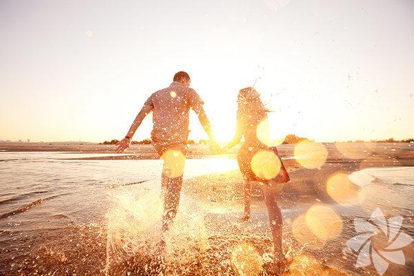 Mutlu çiftler kavga etmezler Öyle de bir ederler ki! Çünkü etmezlerse hangi konularda anlaşabileceklerini asla bulamazlar. Hem herkes için dik durulacak, herkesin asla vazgeçmeyeceği ve sınırlarını zorlamayacağı durumlar vardır, karşı taraf tartışma olmazsa bunları nereden bilecek. Tartışmak iyi bir iletişim yöntemidir, üstelik de karşı tarafın size saygı duymasını sağlar. Biriyle sürekli aynı fikirde olamazsınız çünkü, kavga da sizin de fikirleriniz olduğunu ve onları savunmaya niyetiniz olduğunu gösterir.