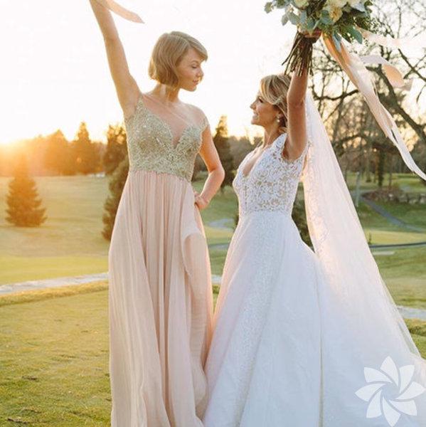 """""""Hayatımda değişen çok şey olmasına rağmen çocukluk arkadaşım Britany ile aramda hiçbir şey değişmedi."""" sözleriyle arkadaşı Britany Maack'in düğününde nedime olanTaylor Swift güzelliğiyle ışık saçıyor."""