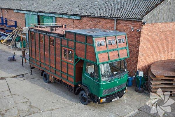 İngiltere Glastonbury'de yaşayan 33 yaşındaki Dean Crago 30 yıllık bir at taşıma römorkunu yaşanabilir lüks bir mobil eve çevirdi.