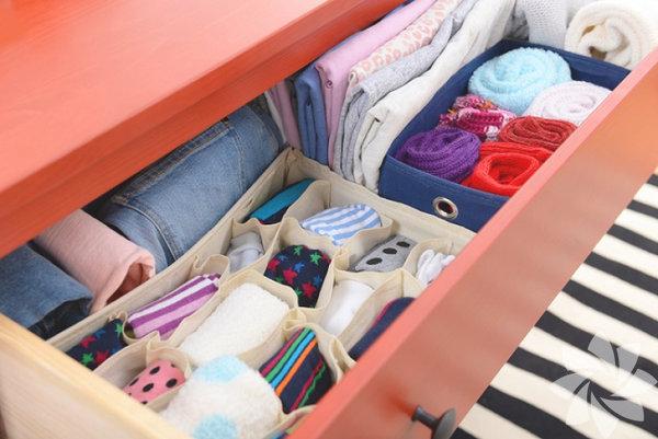 Çekmece düzenleyiciler Banyonuzda, mutfağınızda ve hatta yatak odanızdaki çekmecelerdeki dağınıklığı toplamak istediyseniz yeni trend çekmece düzenleyicilerle çoktan tanışmışsınız demektir! Eğer hala haberiniz yoksa size çekmece düzenleyicilerden bahsedelim: Düzenleyiciler çekmecelerinizde havlularınızın, çatal-bıçaklarınızın, çoraplarınızın ve daha birçok başka eşyanızın düzenli bir şekilde durmasını sağlar ve istediğiniz zaman onları rahatça bulabilirsiniz.