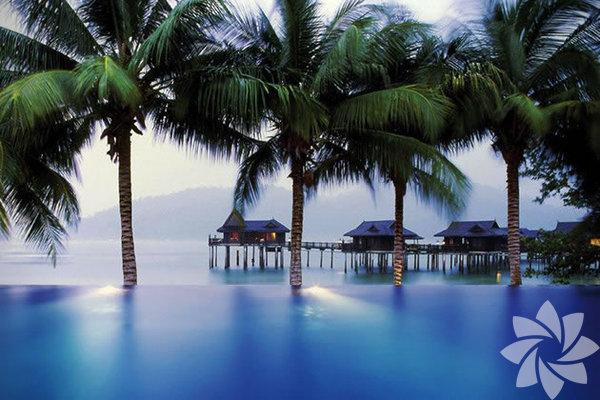 1- Pangkor Laut Bungalovları – Malezya Buradaki bungalovlar Malakka Boğazı'nın tam üzerine kurulmuş. Eğer bu sizi yeterince heyecanlandırmadıysa etrafınızda yağmur ormanlarının olacağını da belirtmeliyiz.