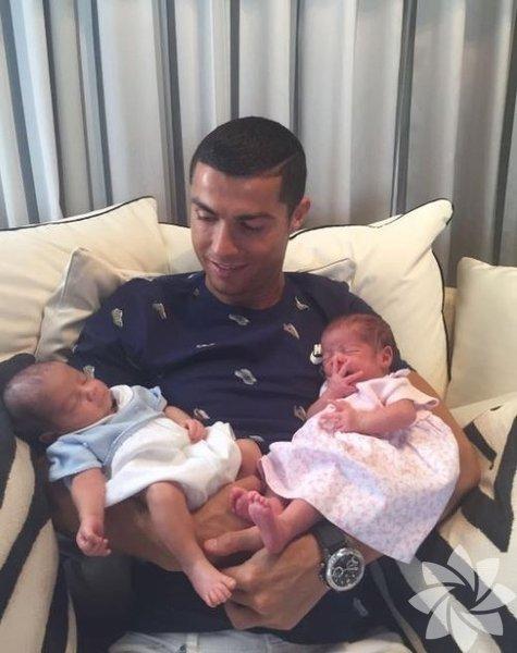Cristiano Ronaldo Dünyaca ünlü futbolcu Cristiano Ronaldo, 2010 yılında taşıyıcı anneden Cristiano Ronaldo Jr. adında bir oğlu oldu. Yine adı açıklanmayan bir taşıyıcı anneden bu sefer ikizleri oldu. Ronaldo ikizlerineMateo ve Eva ismini verdi.