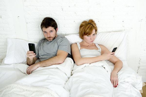 1- Telefonunuzu sessize alıp uzak bir yere bırakın Sosyal medayaya olan bağımlılığınız vücudunuza oksitosin hormonunun salınımını engeller. Bu hormon duygusal dengenizi sağlayabilmeniz için önemlidir. Bu yüzden psikologlar uyumadan önce telefonlarınızı kapatmanızı, kapatamıyorsanız da sessize almanızı öneriyor.