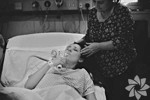 """Hayatında ilk kez bir doğumu fotoğraflayan fotoğrafçı Ania Pawleta hissettiklerini şöyle belirtmiş: """"Hayatımda ilk kez böyle bir mucizenin bir parçası oluyorum. İlk kez böyle bir şeyi fotoğrafladım. Gerçekten çok uzun ve duygusal bir süreçti."""""""