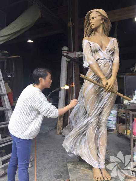 Çinli heykeltıraş Luo Li Rong, yaptığı gerçekçi kadın heykelleriyle görenleri hayran bırakıyor.