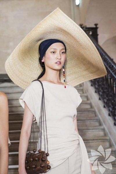 Plajlarda drama kraliçesi olmak için ideal bir şapka...