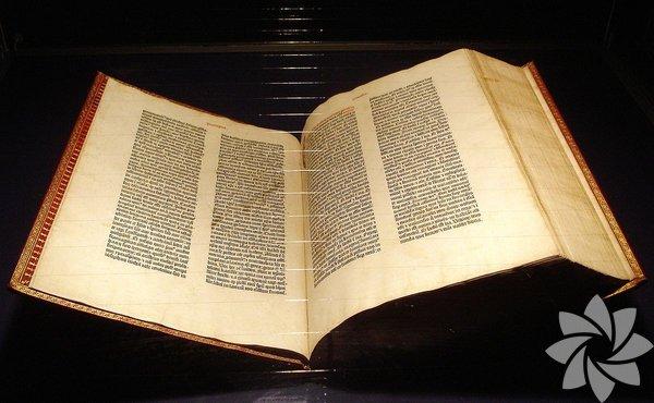 Gutenberg İncil'i Dünyada sadece 48 tane kopyası kalan bu İncil, Avrupa'da basımın başlangıç sembolü olarak görülüyor. Gutenberg İncil'i ilk olarak, Johannes Gutenberg tarafından 1450'li yılların başında yayımlanmış. Tarihçiler; 150'si kağıt, 35 sayfa da parşömen üzerinde olmak üzere toplam 185 kopyası olduğunu söylüyor.