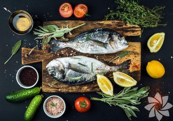 Balık Balıkta bulunan omega 3'ün, yağ asitlerinin vücutta birçok kronik hastalığın ortaya çıkmasına yol açan inflamasyon (yangı, iltihap) durumunu azalttığı uzun zamandan beri bilinen bilimsel bir gerçek. Omega 3 yağ asitleri aynı zamanda kendimizi daha mutlu ve enerjik hissetmemizi sağlıyor. Yeterli omega 3 yağ asidi tüketenlerin kilo yönetiminde daha başarılı oldukları da biliniyor.