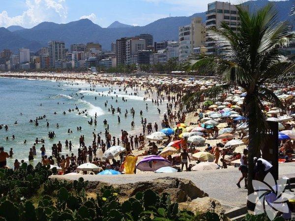 Rio de Janeiro - Brezilya Nüfus: 12.981.000 Rio de Janeiro'nun iklimi, yılın her mevsiminde keyifli oluyor. Ancak şehir özellikle sıcak aylarda kalabalıklaşıyor. Copacabana plajı, şehrin en kalabalık yerlerinden biri; yerlilerle ve turistlerle dolu.