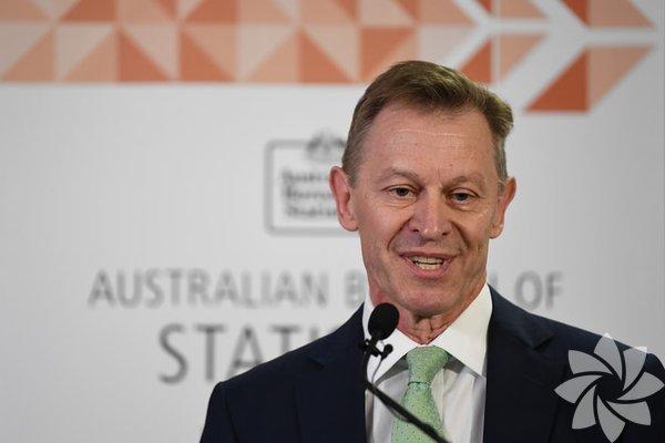 Avustralya İstatistik Bürosu'ndan David Kalisch, eçcinsel evliliğin halk oylamasını açıkladı; yüzde 61,6 oranla evet oyu kazandı. Evet oyu sonrasında Avustralya gökkuşağına büründü...