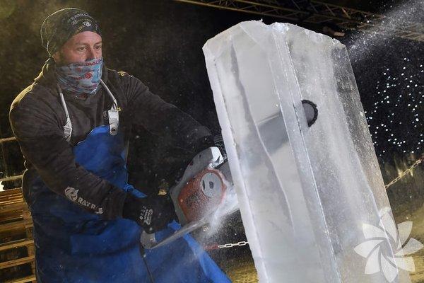 Alex Greenhalgh, sergi için yaptığı hazırlıkta ilk olarak testere ile buzu kesiyor.
